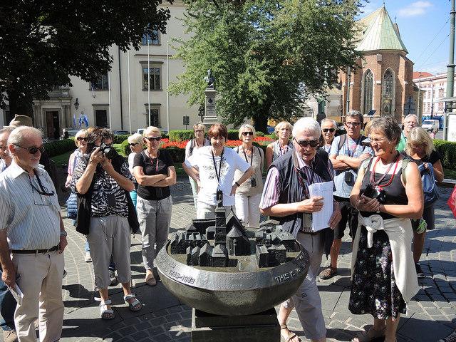 Die Mitglieder des Kultur- und Heimatvereins stehen vor einem Modell der Stadt Krakau.