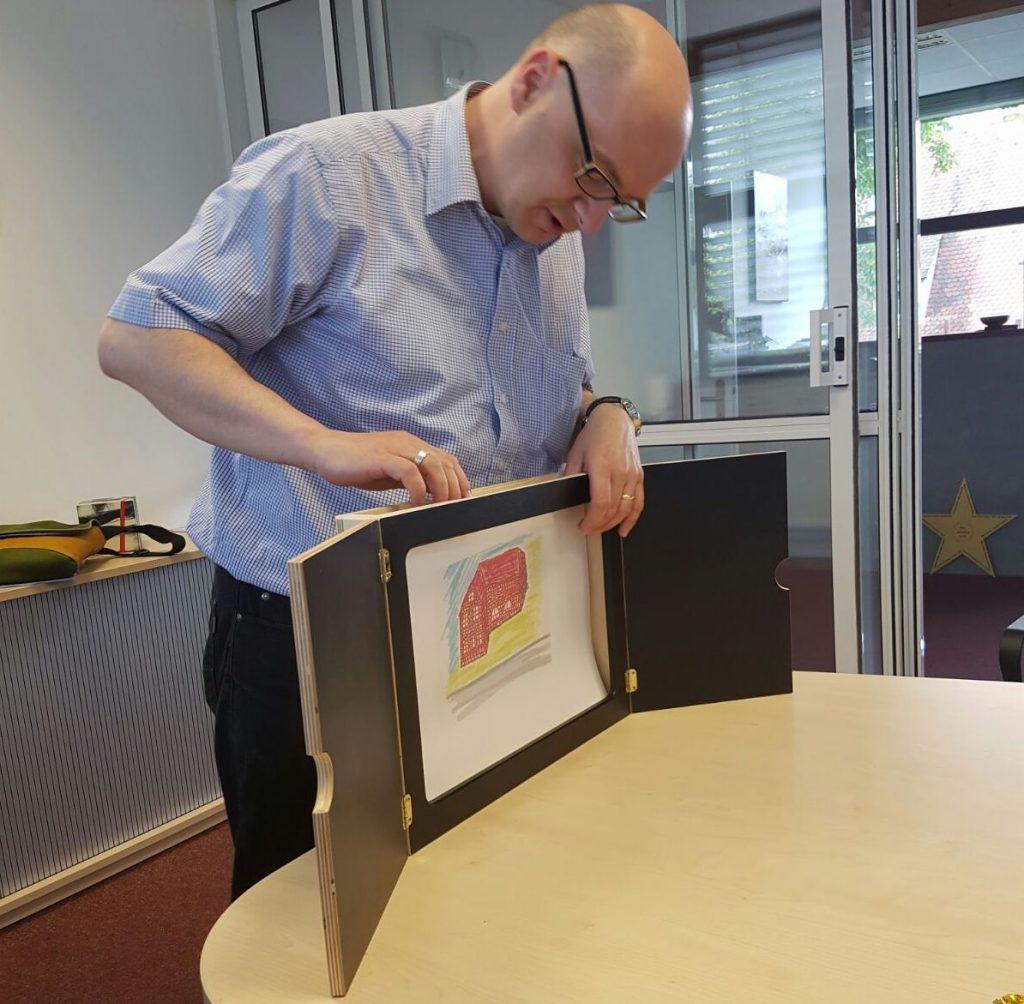 Frank Börnard setzt ein Kamishibai in einem Workshop mit Unternehmern ein.