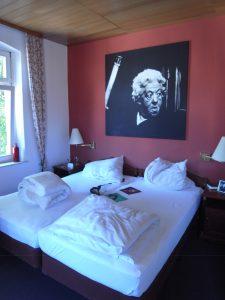 Hotelzimmer mit großem Foto der Romanfigur Miss Marple.