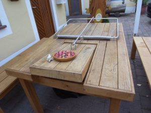 Tisch in Form einer Muasefalle