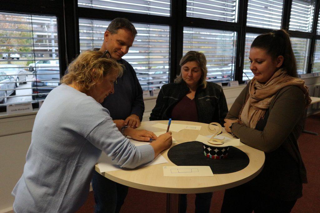 In Gruppen tauschten sich Expertinnen und Experten aus Unternehmen und Schulen aus. Zum Workshop gehörten auch kreative Aufgaben, um sich dem Thema zu nähern.